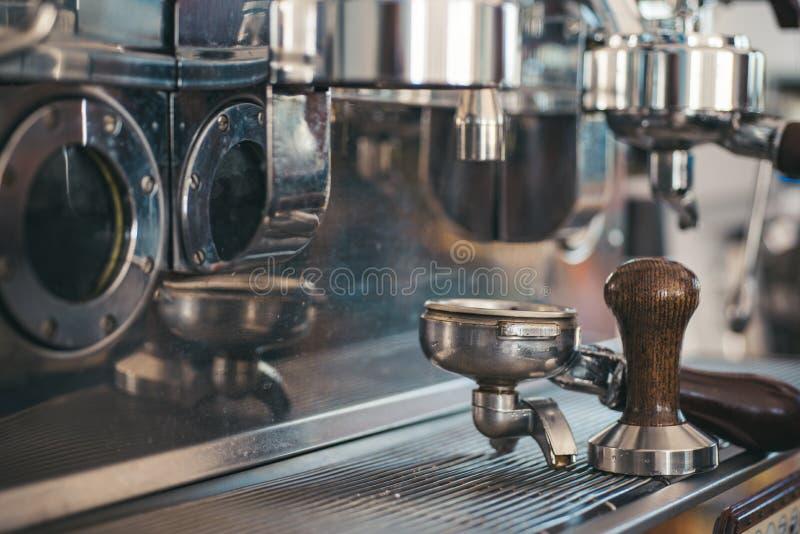 煮浓咖啡器Portafilter有堵塞器的 咖啡浓咖啡风险长的设备照片准备进程 在咖啡店的咖啡壶 不锈钢烹调 图库摄影