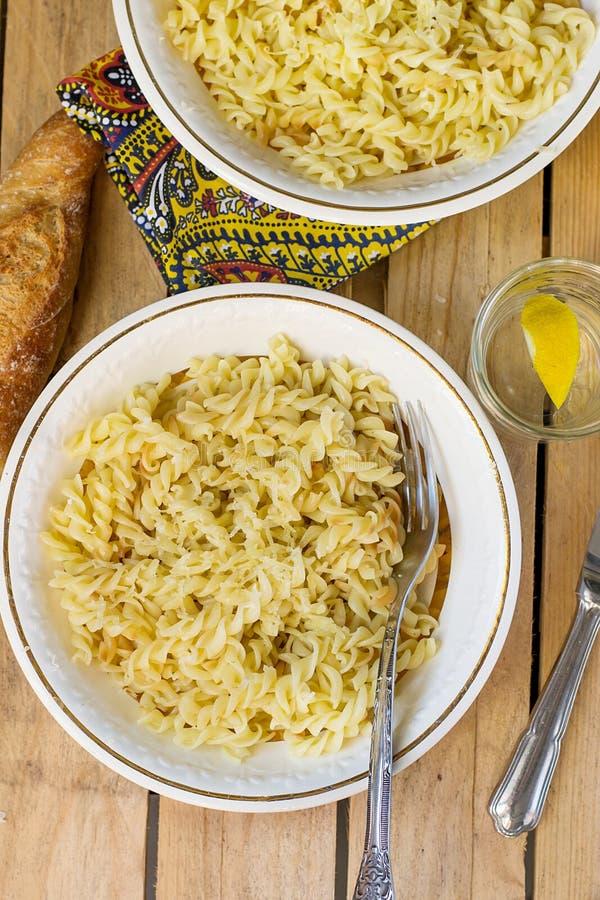 煮熟的拔塞螺旋形状的面团Fusilli用乳酪 库存照片