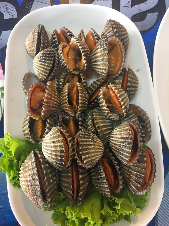 煮熟的新鲜的鸟蛤海鲜用辣调味汁 库存图片