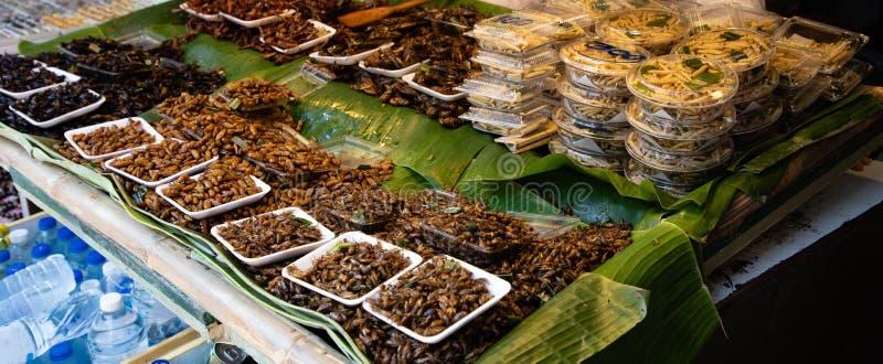 煮熟的昆虫在泰国的街道上站立 库存图片