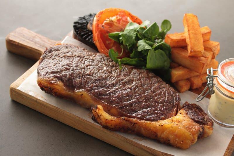 煮熟的牛腰肉排膳食 免版税库存照片