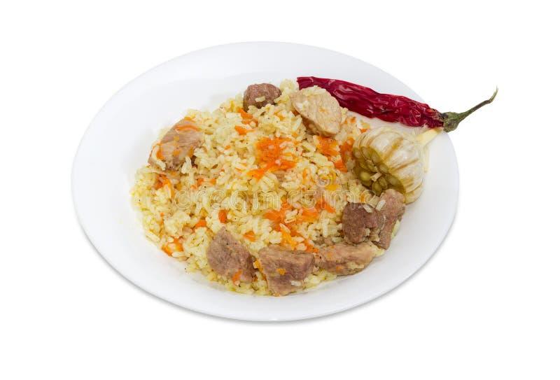 煮熟的肉饭、大蒜头和辣椒在白色盘 图库摄影