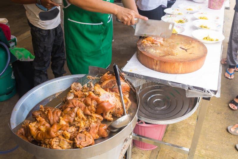 煮熟的被炖的猪肉腿在煤气炉r的铝盘子温暖了 库存照片