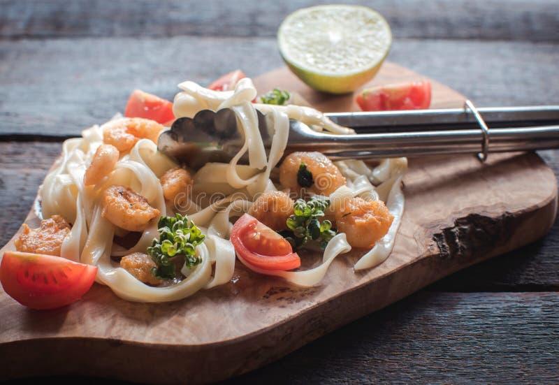 煮熟的面团tagliatelle和schrimps 免版税库存照片