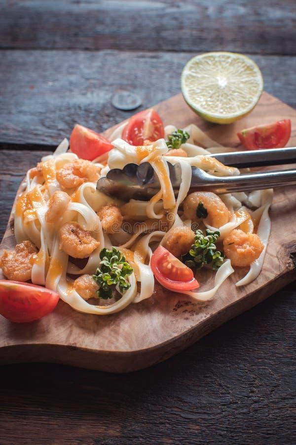 煮熟的面团tagliatelle和schrimps 库存照片