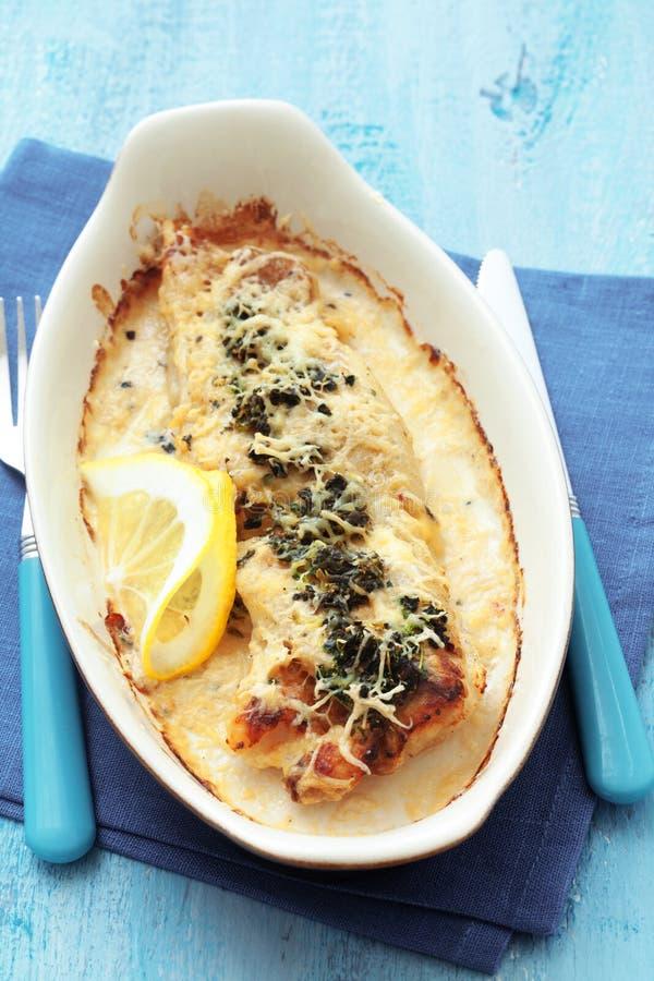煮熟的鱼用菠菜 免版税库存图片
