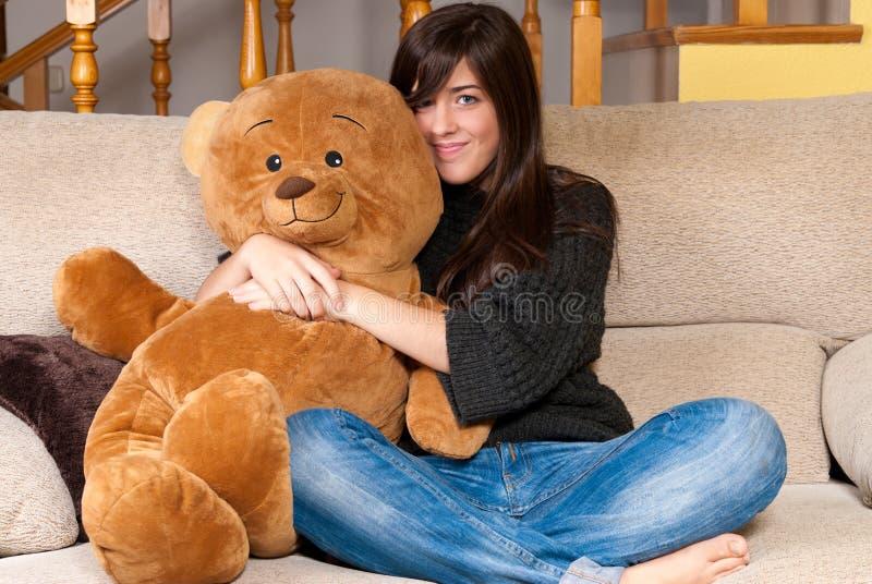 熊拥抱坐的沙发女用连杉衬裤妇女年&# 库存照片