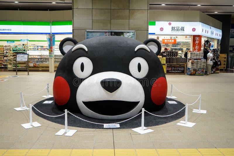 熊本,日本- 2017年5月9日:Kumamon,黑熊吉祥人,在大号安置的头在主要火车站地板  库存图片