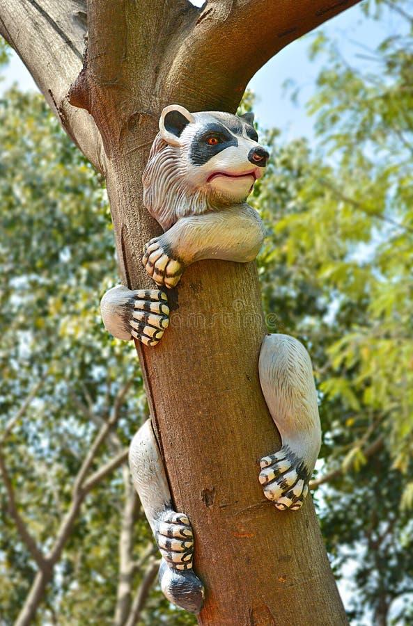 熊猫人工制品在一棵树上升了在庭院里 免版税图库摄影