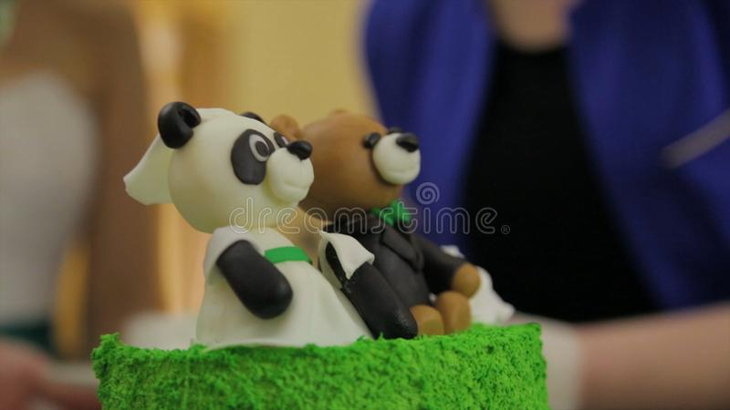 熊猫或涉及绿色假日蛋糕 与自创奶油蛋糕的生日聚会孩子的 熊蛋糕 库存照片