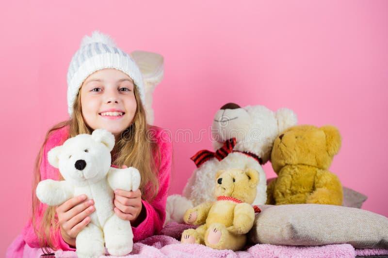 熊玩具汇集 儿童小女孩嬉戏的举行玩具熊豪华的玩具 孩子与软的玩具玩具熊的女孩戏剧 库存照片