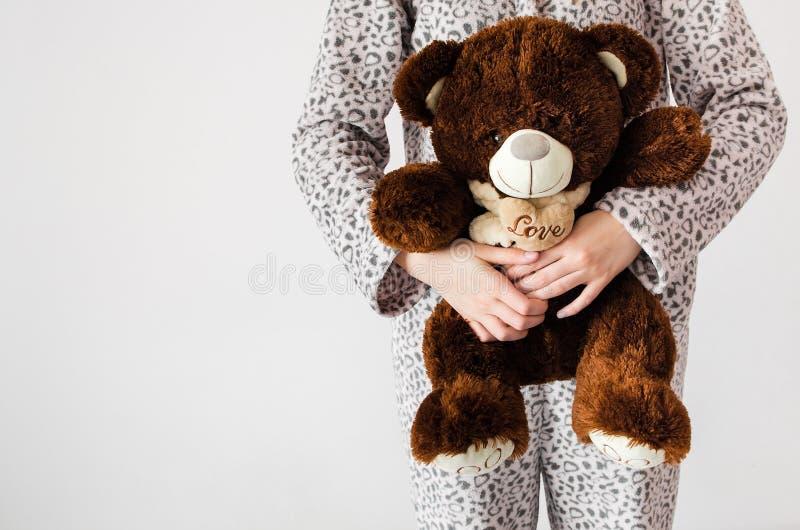 熊青少年女孩的女用连杉衬裤 免版税图库摄影