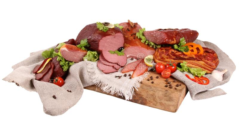 熏制的肉开胃片断用橄榄和在叉子别住的莳萝小树枝对一个黑石墙 库存图片