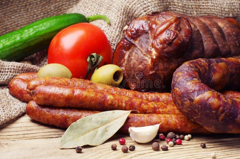 熏制的香肠、肉和蔬菜 免版税图库摄影