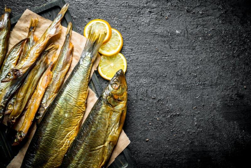 熏制的鱼不同形式与柠檬片的 免版税库存照片