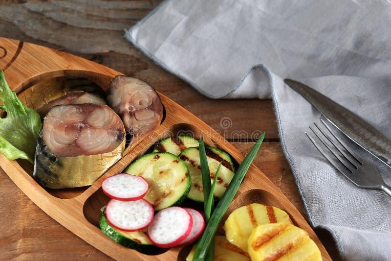 熏制的鲭鱼、油煎的夏南瓜和土豆 免版税库存图片