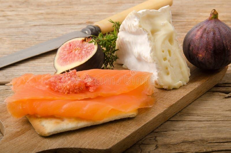 熏制鲑鱼用无花果和软制乳酪 库存图片