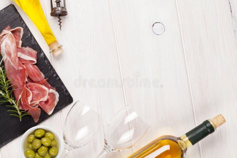 熏火腿、酒、橄榄和橄榄油 免版税库存图片