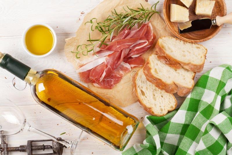 熏火腿、酒、ciabatta、巴马干酪和橄榄油 库存图片