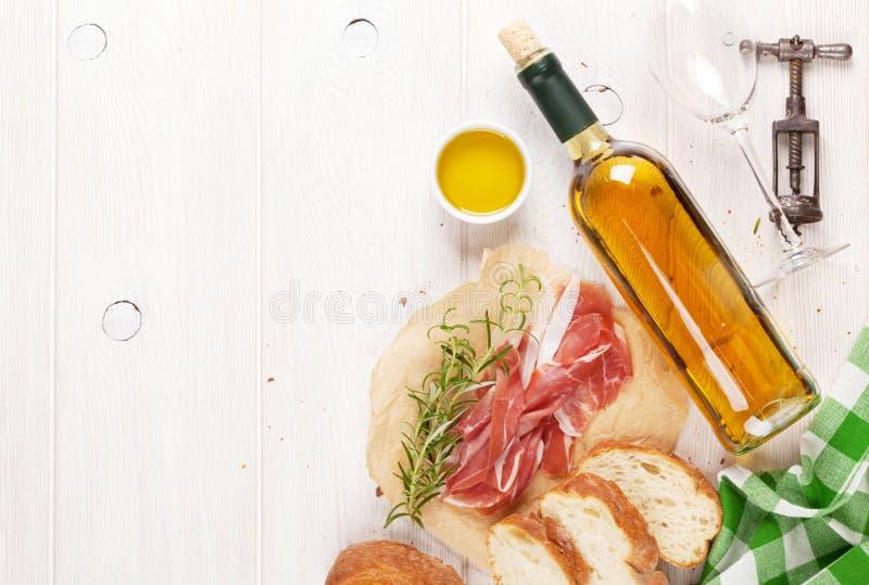 熏火腿、酒、ciabatta、巴马干酪和橄榄油 免版税库存图片