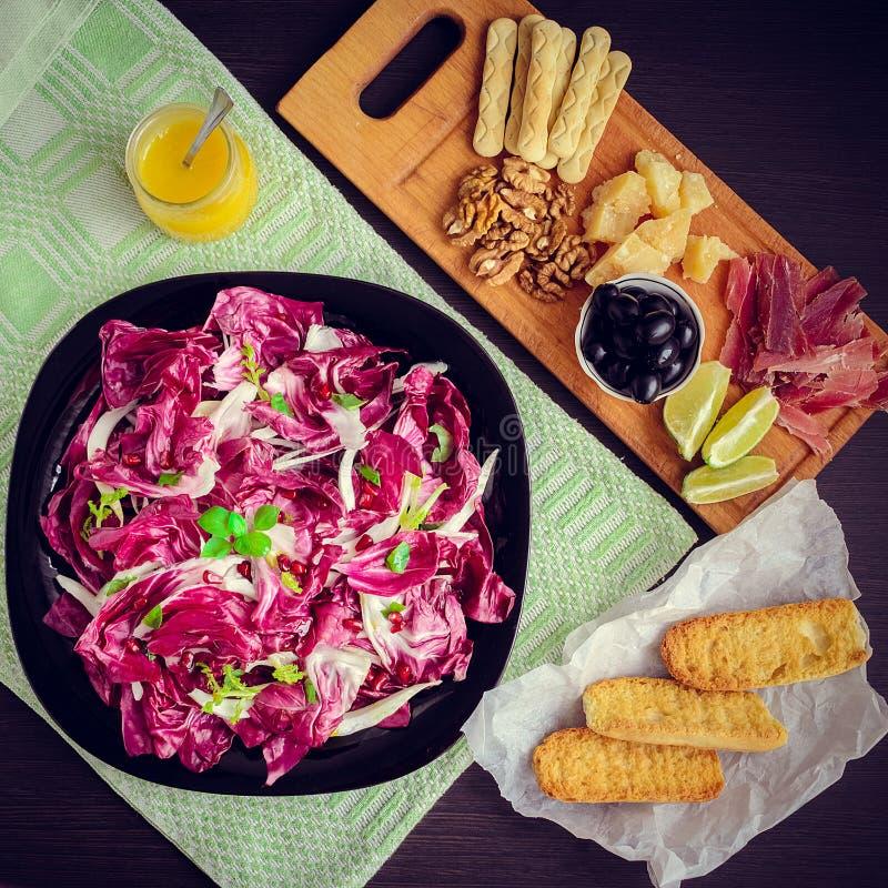 熏火腿二帕尔马和在木桌上的其他意大利食物 库存图片