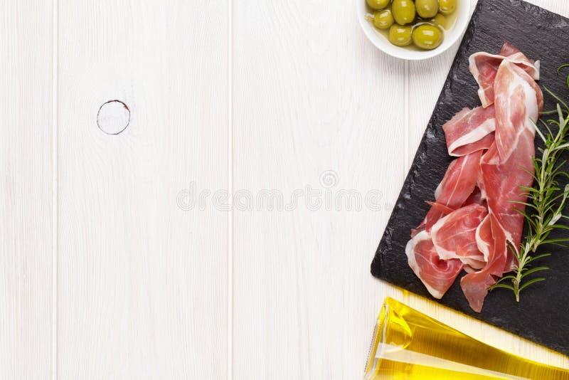 熏火腿用迷迭香和橄榄油 库存图片