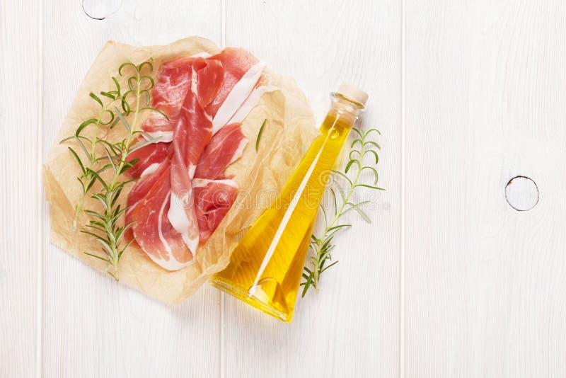 熏火腿用迷迭香和橄榄油 库存照片