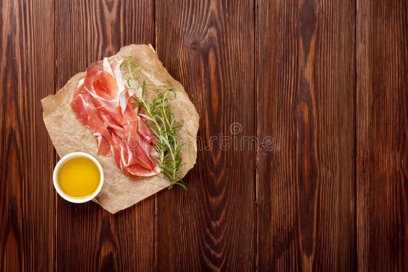 熏火腿用迷迭香和橄榄油 免版税库存图片
