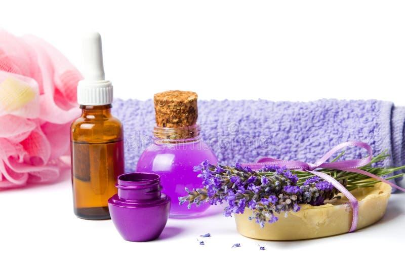 熏衣草油和紫色健康设置了与花 免版税库存图片