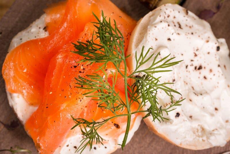 熏鲑鱼和百吉卷用乳脂干酪 免版税库存图片