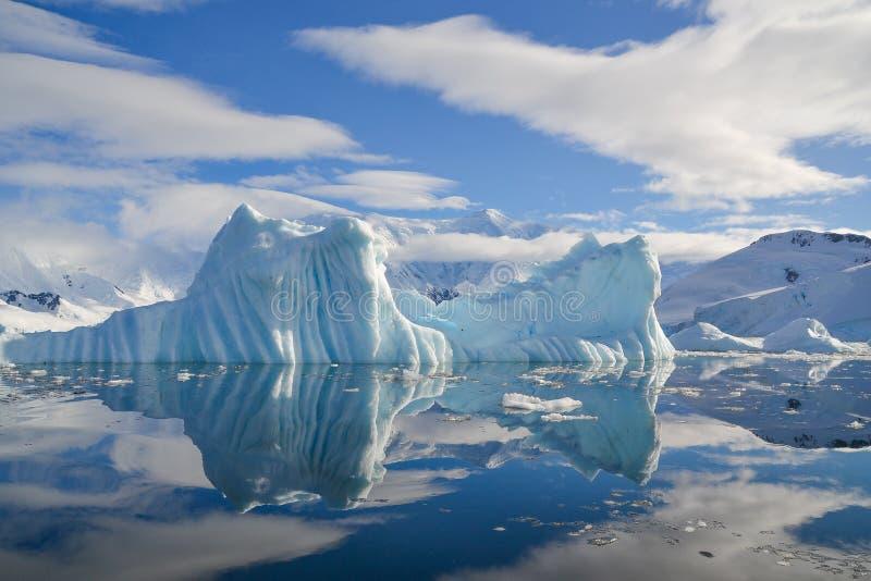 熔化在南极山的冰 免版税库存照片