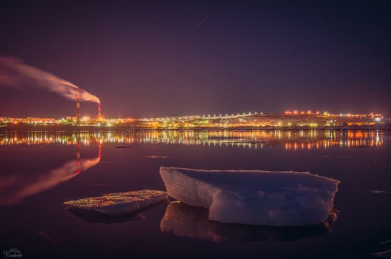 熔化的冰川在海湾市摩尔曼斯克 免版税库存图片