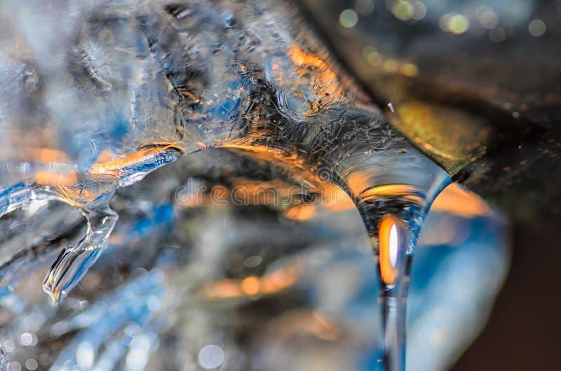 熔化的冰水下落从排水管的 免版税库存照片