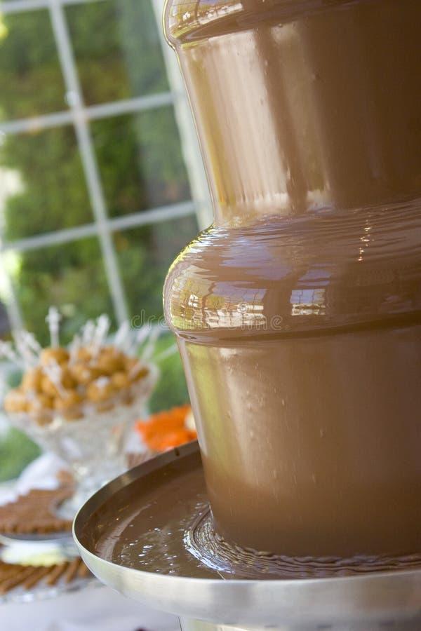 熔化的巧克力涮制菜肴喷泉 免版税库存照片