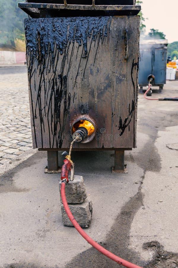 熔化的沥青的,联接与溶解的b的沥青的设定锅炉 图库摄影