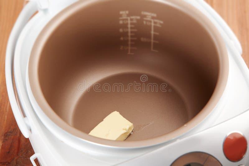 熔化黄油的过程 免版税库存照片
