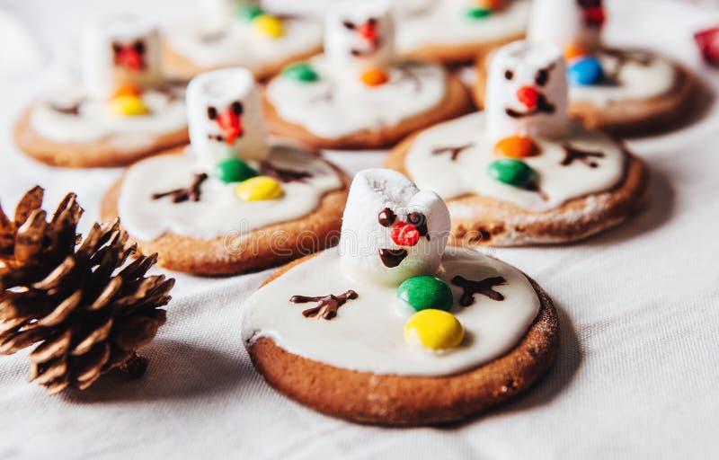 熔化snowmans军队在姜曲奇饼的 免版税库存照片