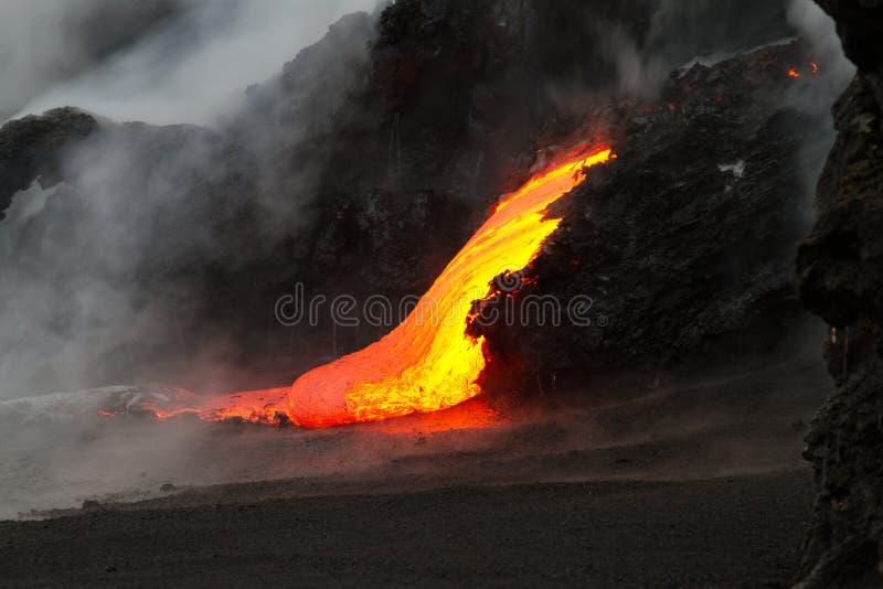 熔岩流在晚上 库存照片
