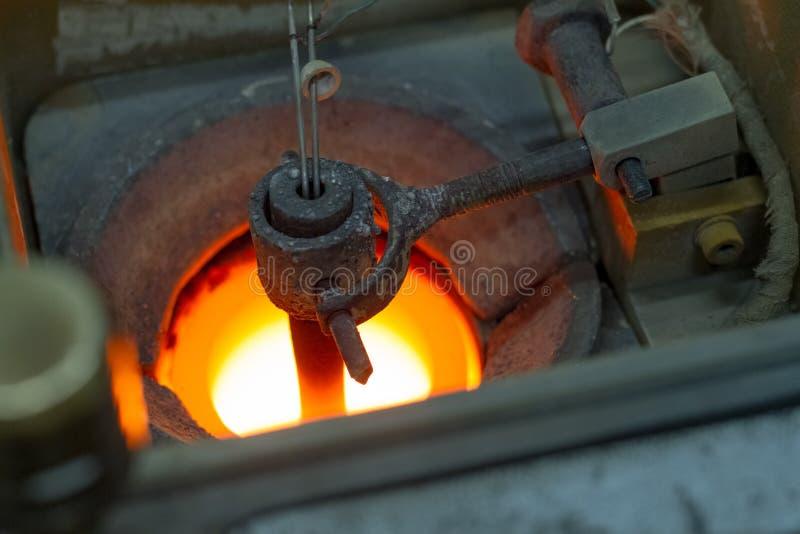 熔炼的银色首饰的准备在首饰的手工生产的一个车间 库存照片