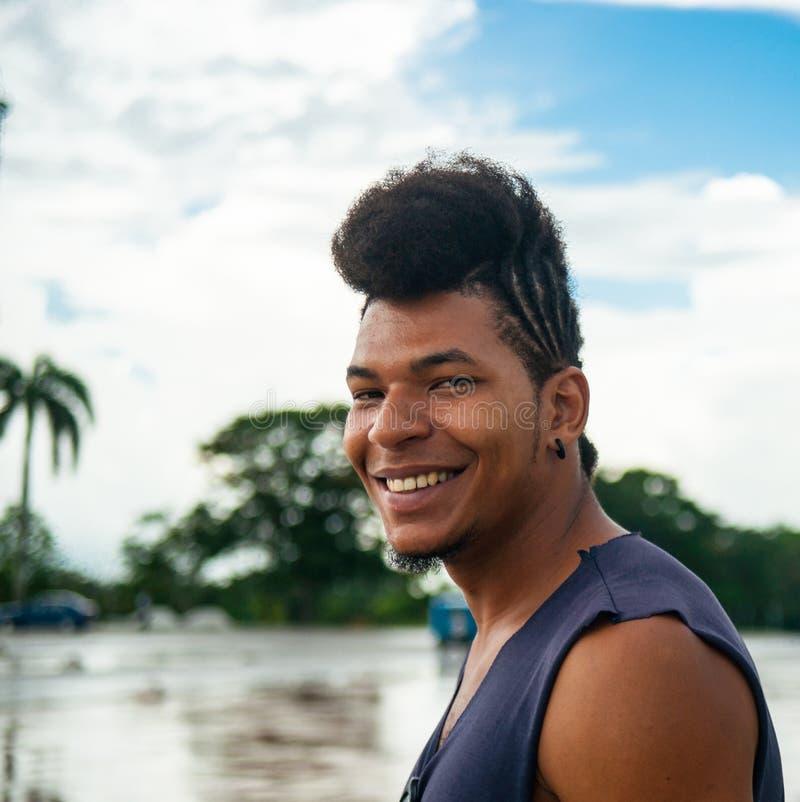 熟悉内情的有艺术性的发型的蓬松卷发古巴人 免版税图库摄影