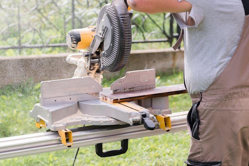 熟练木匠在工作在户外车间 木匠韩 库存照片