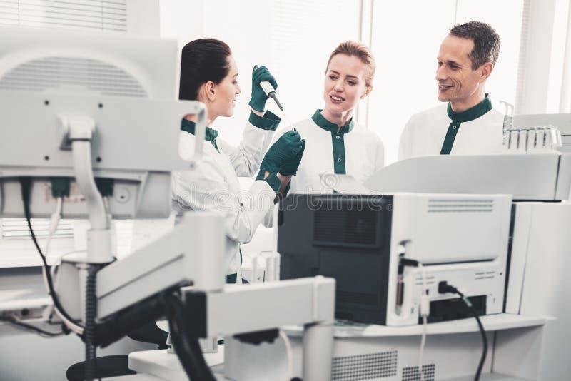 熟练的实验室科学家与分析一起使用 免版税库存照片