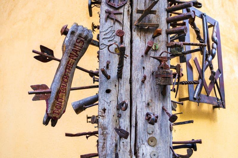 熟练的工人柱子住处显示有金属箭头的Calfelor的段一只木手通过它 库存图片