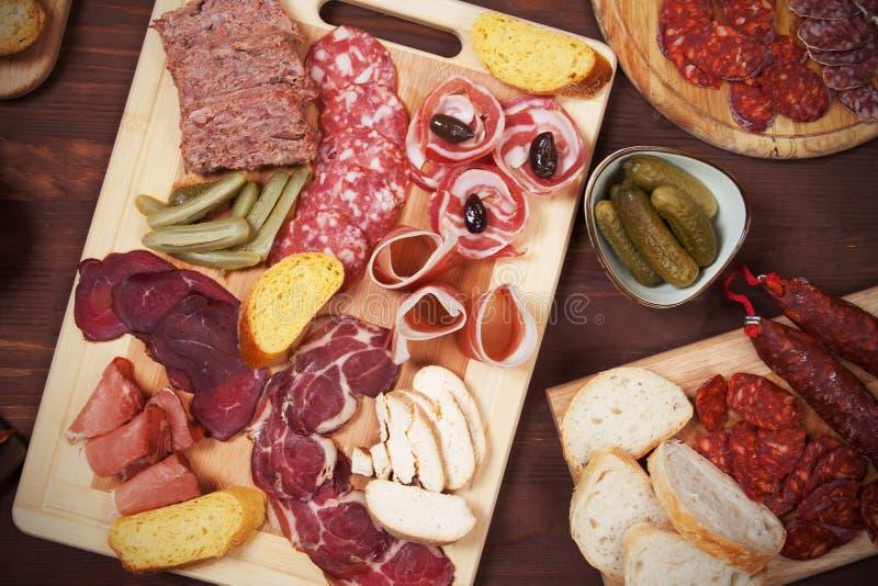 熟食店委员会用被治疗的肉 免版税库存图片