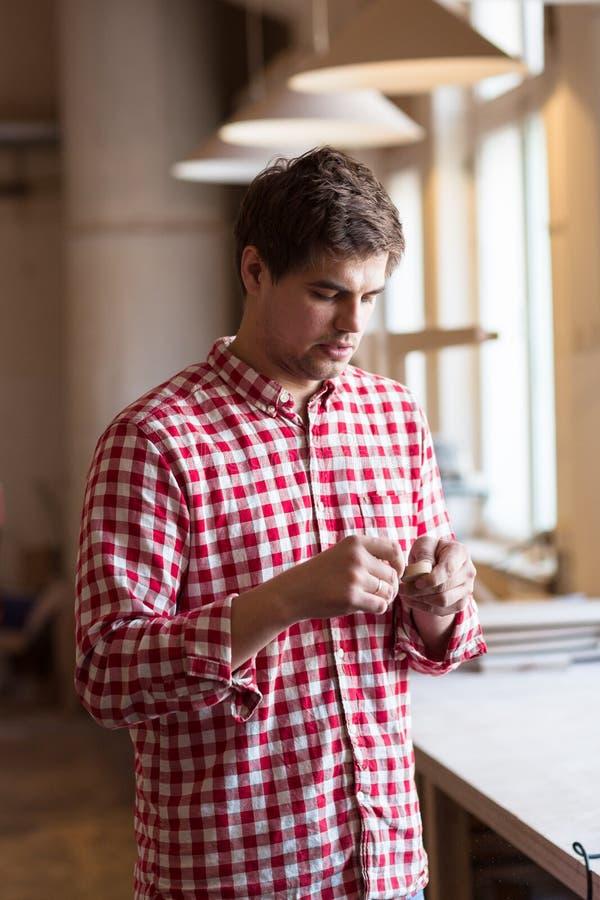 熟练木匠手擦亮的沙纸木元素, carpente 免版税库存照片