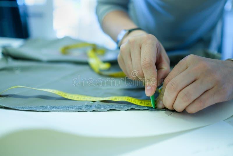 熟练的白种人裁缝工作特写镜头  免版税库存照片
