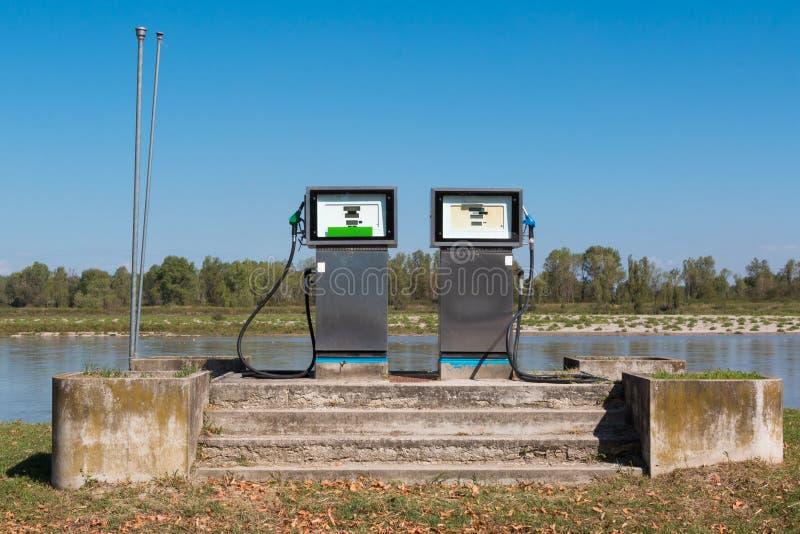 燃料驻地:在河流口岸附近的加油站小船的 免版税库存图片