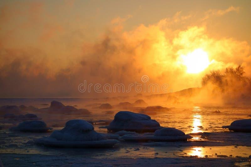 燃烧的冷的冬天日出在赫尔辛基 免版税库存图片