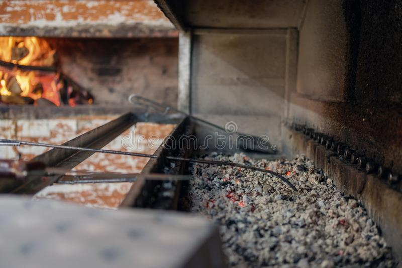 燃烧的发光的煤炭片断 图库摄影