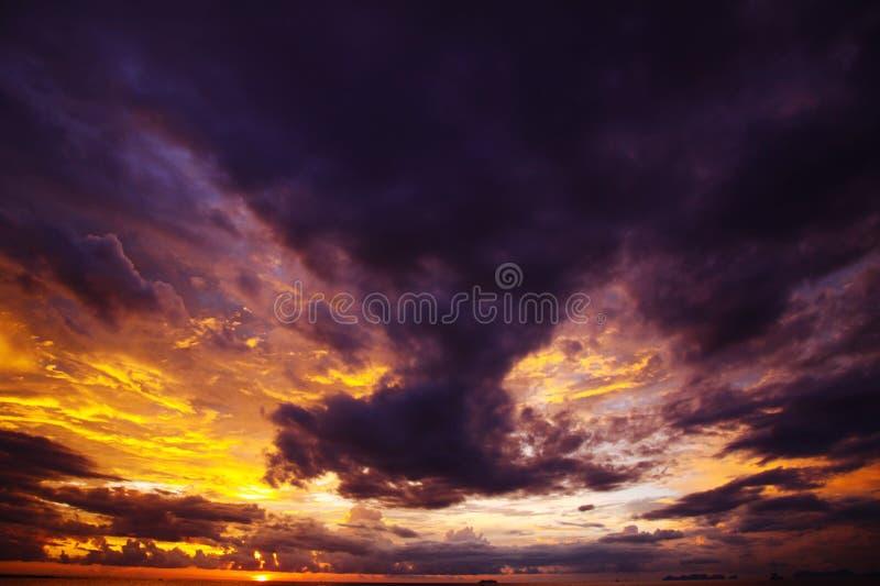 燃烧的天空和海在日落期间在热带海岛Ko朗塔,安达曼海,泰国海洋  图库摄影
